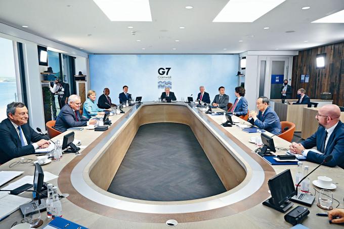 約翰遜(中)、拜登與多個領袖上周六在英國康沃爾出席G7峰會。