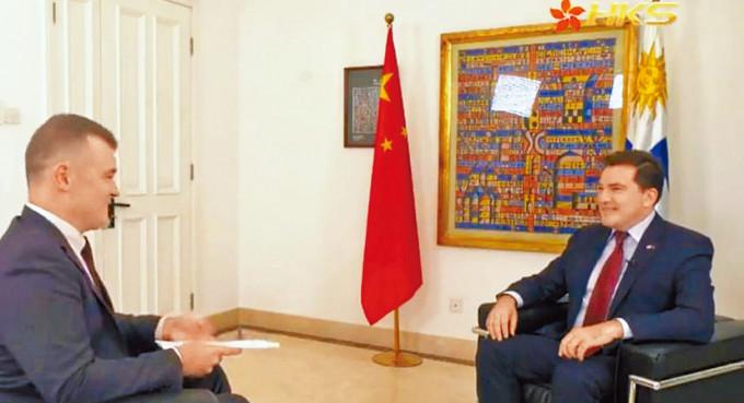 烏拉圭駐華大使費爾南多.盧格里斯(右)接受記者訪問。