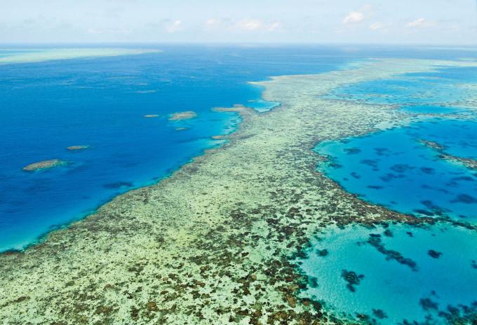 空拍圖像顯示澳洲大堡礁二〇一七年出現大規模白化現象。