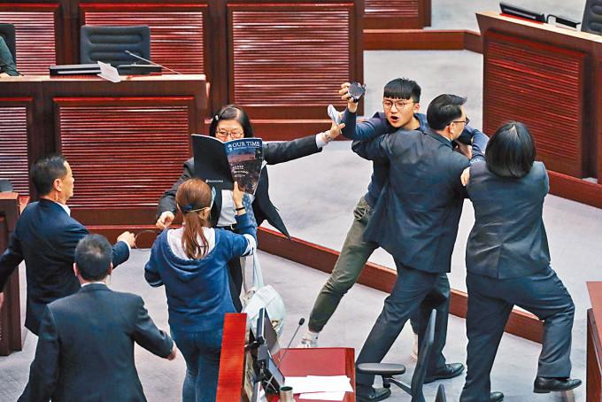 前「香港眾志」三成員在《國歌法》公聽會內抗議,何官僅判罰款一千元,着他們應留「有用之軀」。