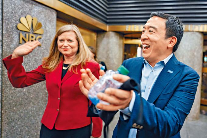 楊安澤(右)周三出席初選論壇後與支持者打招呼。