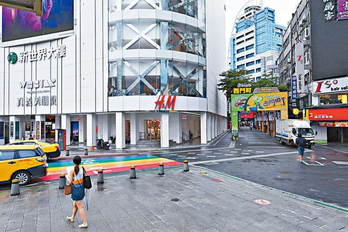 台灣延長三級警戒,西門町商業區冷清清。