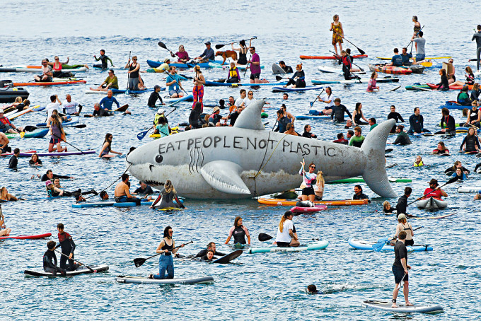 逾千名示威者在峰會附近要求G7關注海洋污染問題。