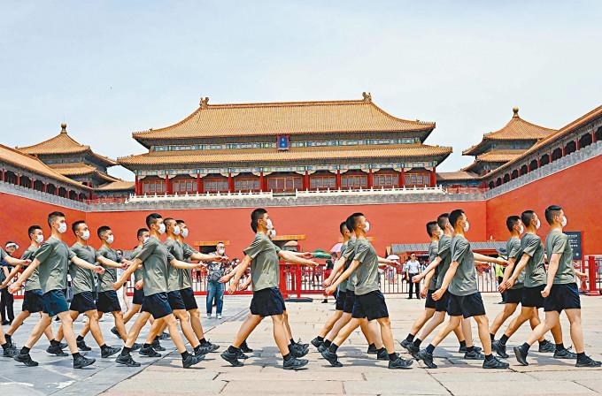 軍人昨天列隊經過北京故宮。