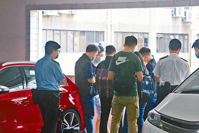 青年買泰達幣被劫二百萬元,警方在現場商廈停車場調查。