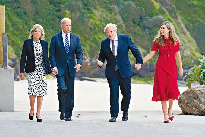 約翰遜夫婦昨日在英格蘭度假勝地卡比斯灣,歡迎拜登及夫人吉爾。
