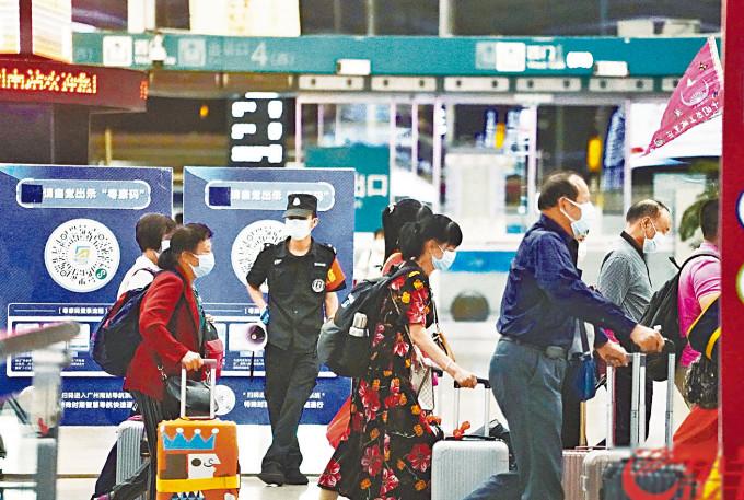 廣州旅客需持檢測陰性證明方能出行。
