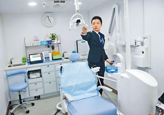 兩部流動牙科醫療車是葵青社區重點項目之一。