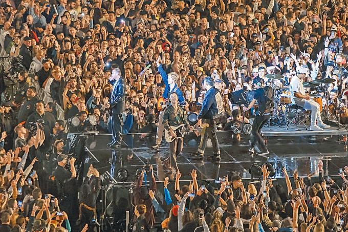 疫情穩定的奧克蘭四月舉行疫情以來最大型演唱會,有五萬人參加。