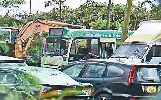 被撞翻專綫小巴在汽車扣留中心等候查驗。