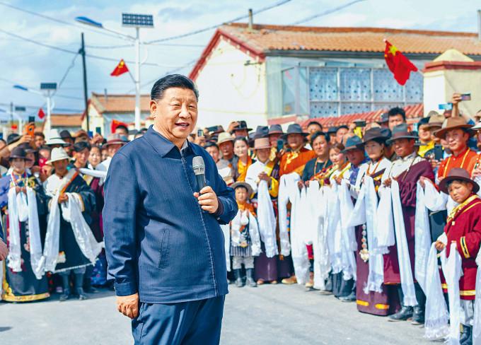 習近平八日在青海省看望藏族群眾。