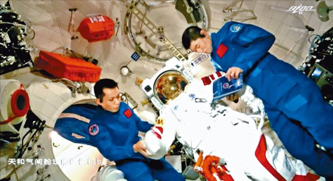 太空人在天和號核心艙內整理出艙太空服。