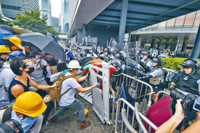 示威者在立法會外與警方爆發激烈衝突。