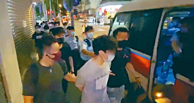 涉嫌「快閃」堵路的青年迅即被趕至的警員拘捕帶署。