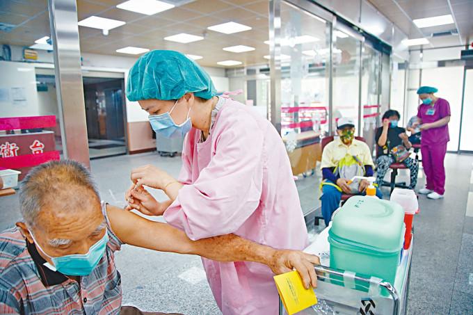 台灣新北市為長者接種疫苗。