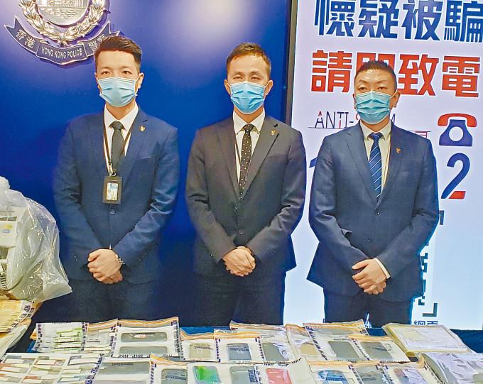 警方搗破網上情緣詐騙集團,警司劉啟鵬(中)講述案情。