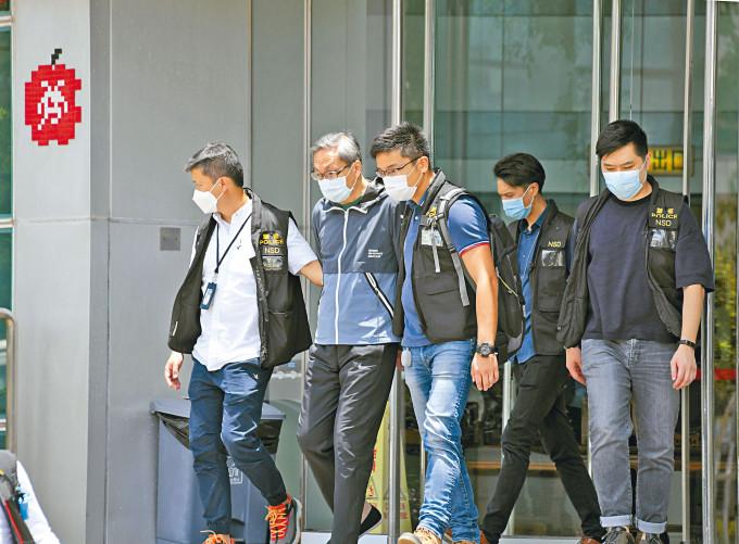 壹傳媒行政總裁張劍虹(左二)等五高層,涉違反國安法昨被捕,並一度被押返《蘋果》大樓協助蒐證。