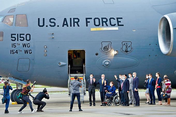 美國三名參議員前日坐美軍專機抵台。