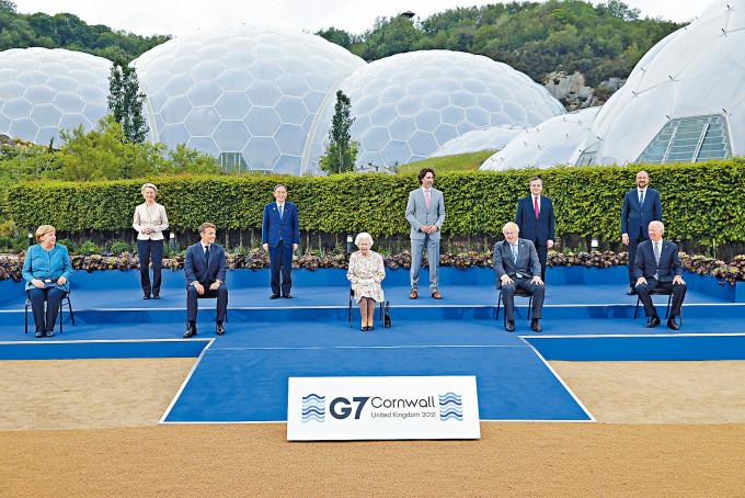 英女皇(中)上周五與G7、歐盟領袖拍攝大合照。
