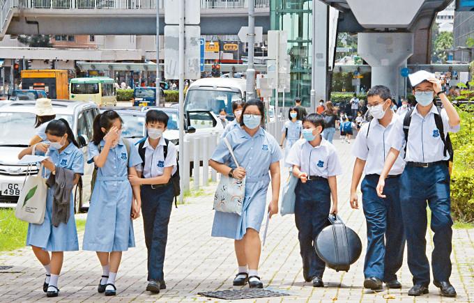 政府昨公布十二至十五歲學童打針安排。倘自行今日網約,最快下周一便可接種。