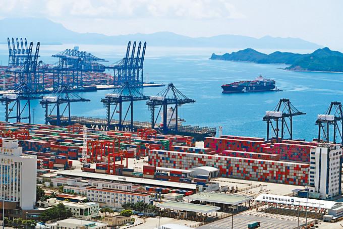 廣東爆發本土疫情,連帶影響深圳鹽田港運輸因疫情陷入停滯。