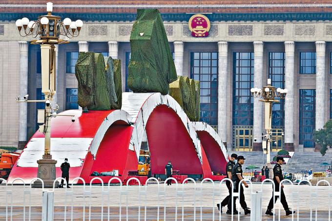 人民大會堂前的大型布置。