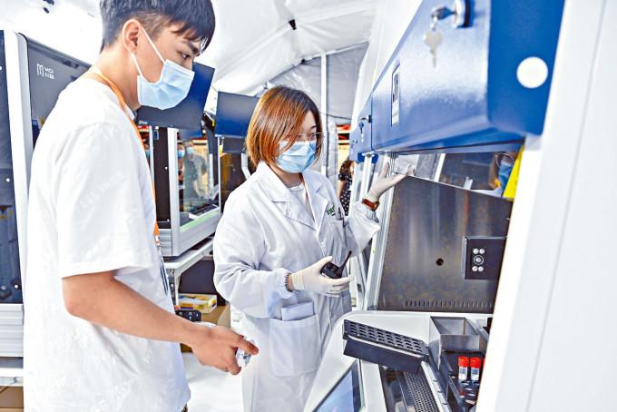 位於廣州體育館的「獵鷹號」氣膜實驗室昨天啟用,加強病毒檢測能力。