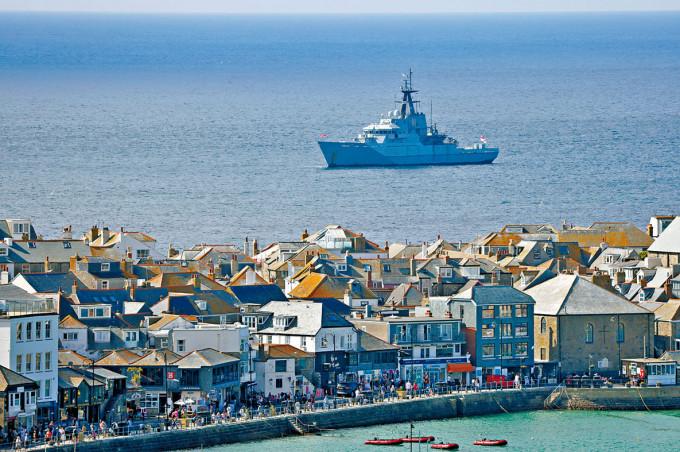 英國皇家海軍艦隻在卡比斯灣G7會場附近巡邏。