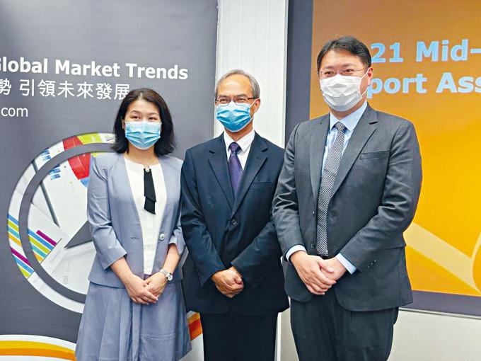 香港貿發局研究總監關家明(中間)表示,今年出口增長預測大幅上調至15%,主要因為市場情況較預期好,定單集中在中國,而非分散到各地。