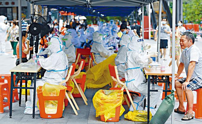 廣州荔灣區醫務人員進行核酸檢測。