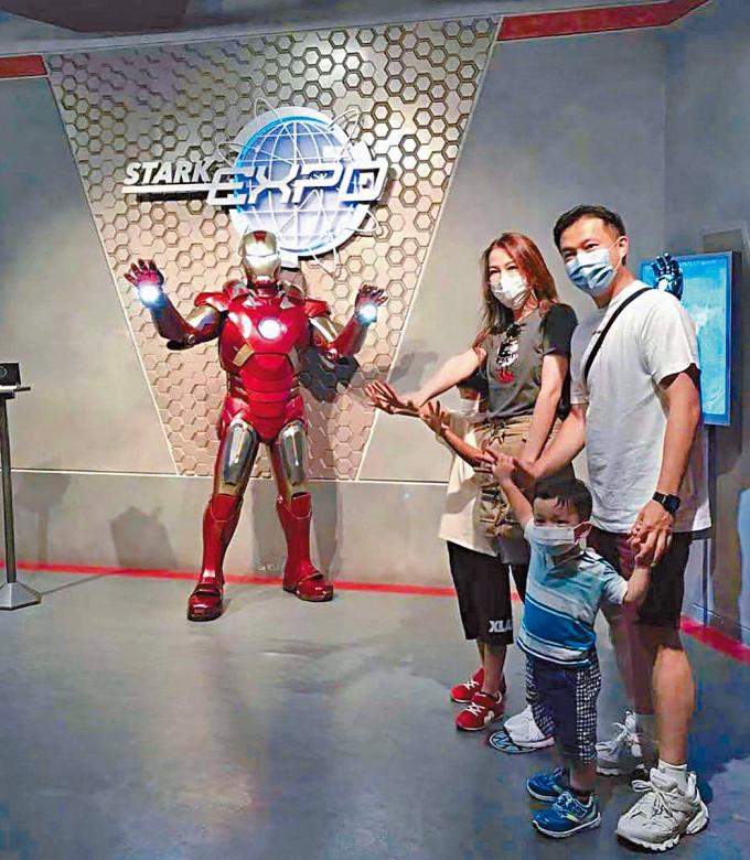 一家人和Iron man開心合照。