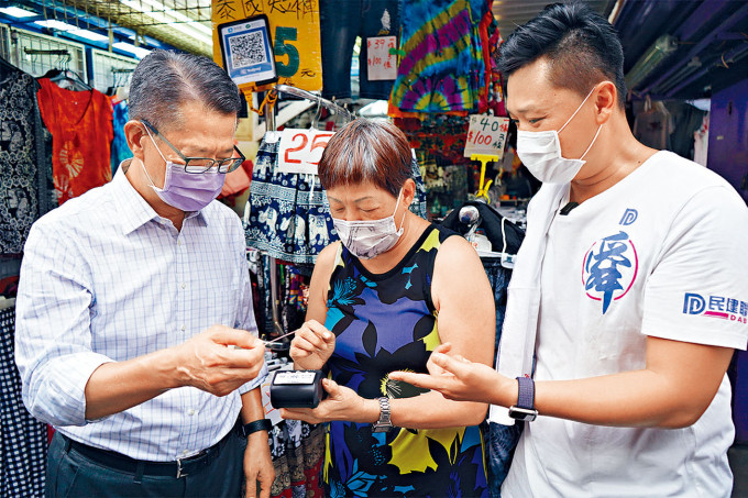 陳茂波昨午到旺角花園街購物,在安裝了電子支付的排檔購物,宣傳電子支付。
