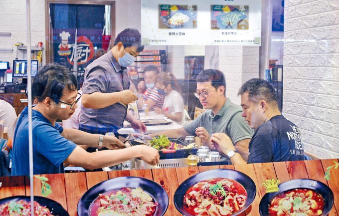 政府宣布放寬食肆等處所防疫措施,餐飲業界預計措施有一定幫助。
