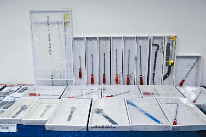 警方展示搜獲的大批爆竊工具。