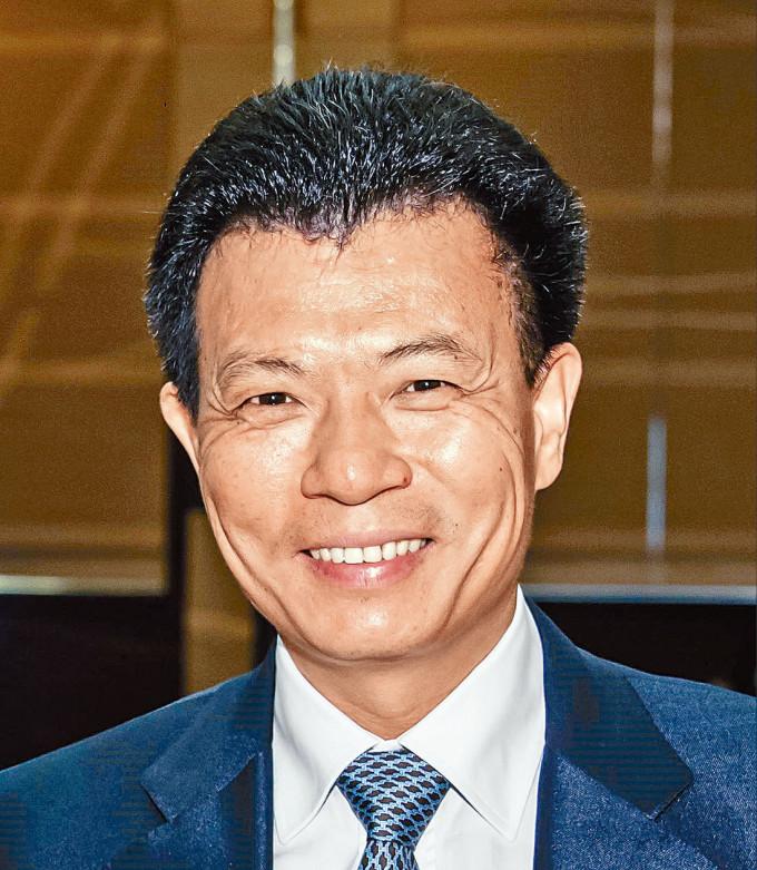 只收取星島每月一元董事酬金的郭英成,現年五十六歲,為佳兆業集團主席兼執行董事。