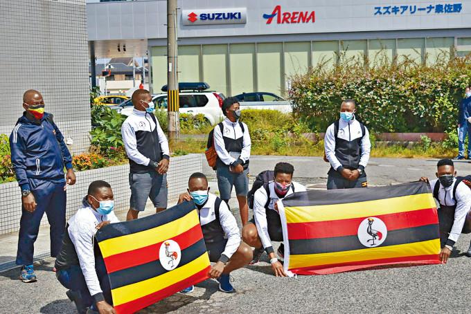 烏干達東奧代表團周日在入住的大阪酒店外,讓傳媒拍攝。