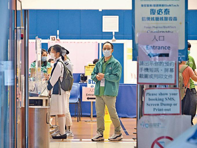 青少年開打復必泰疫苗第二天,不時有穿着校服學生到場。