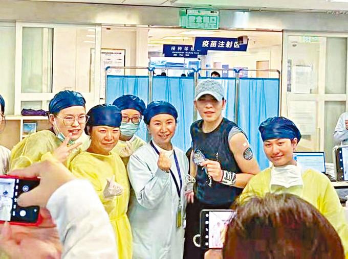 台灣歌手蕭敬騰在上海接種疫苗。