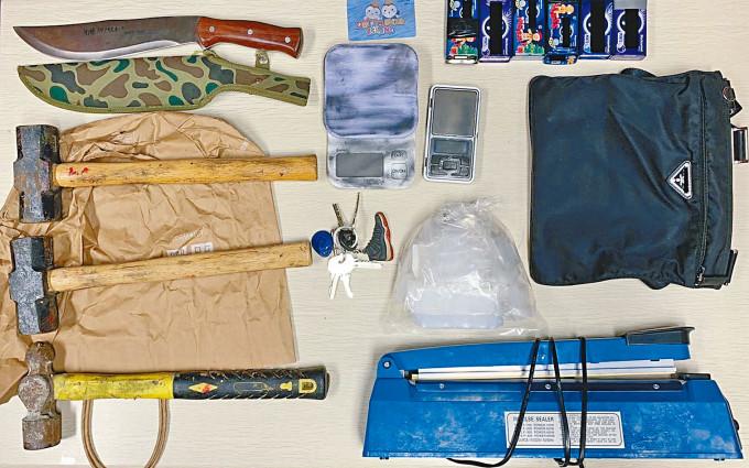 警方在元朗一個毒窟,檢獲毒品及刀錘等武器。