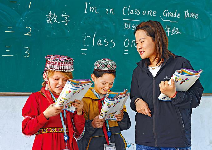 正在上課的新疆維族學生。