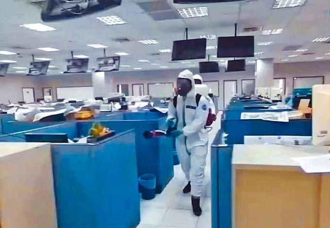 化學兵在壹電視辦公室消毒。