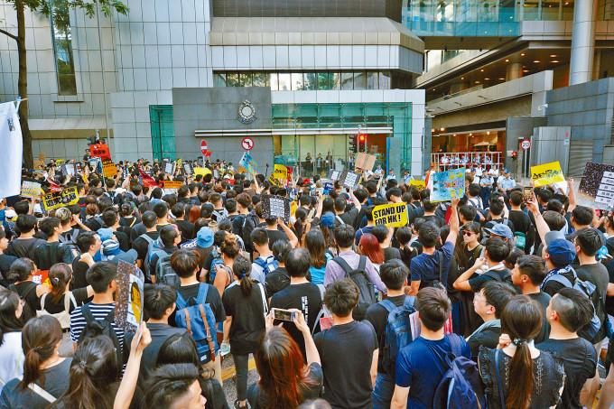 去年在國安法通過後的七月一日遊行,仍有部分參與者包圍警總及做出堵路等破壞行為。