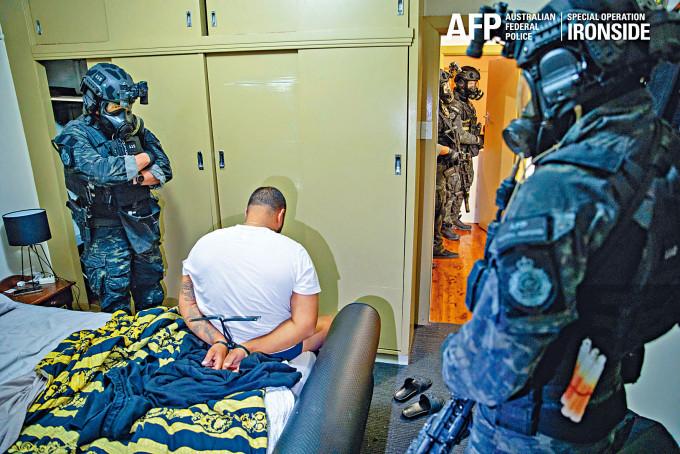 其中一名在澳洲警方打擊有組織犯罪行動中被捕疑犯。