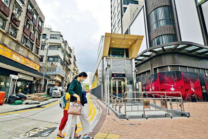 港鐵宋皇臺站南角道出入口一段,有不少舊樓。