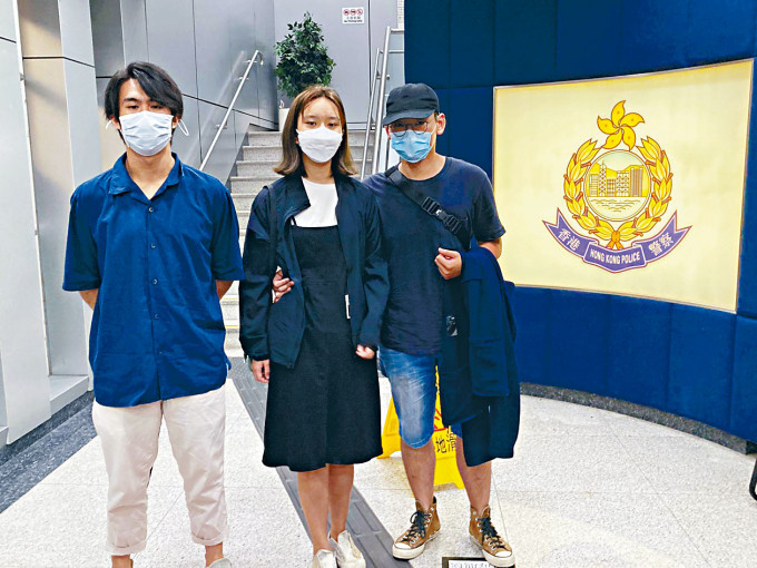 「賢學思政」發言人黃沅琳(中)獲保釋離開警署。