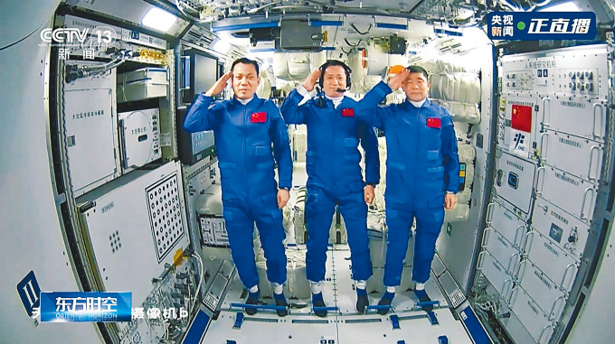 三名太空人進入天和核心艙後向地面報告敬禮。