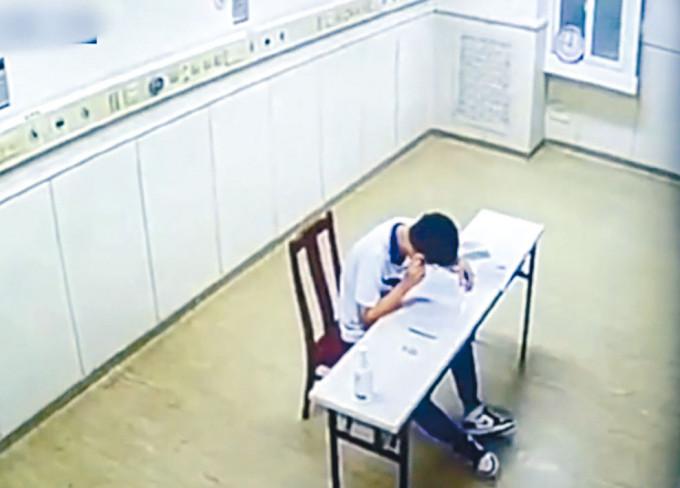確診考生在隔離病房考試。