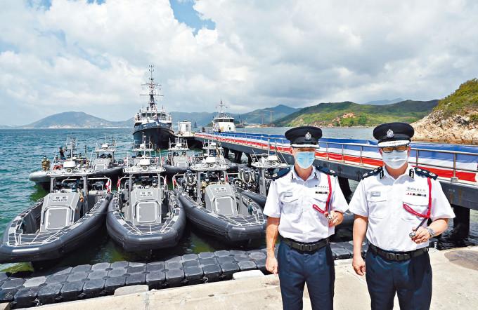警務處處長鄧炳強(右)及水警總區指揮官莊定賢(左)出席水警新船啟用儀式。