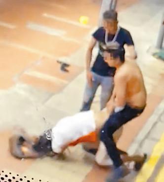 兇徒把重傷事主拖出馬路。