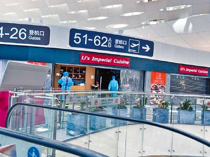 深圳機場的店鋪全部關閉,有防疫人員進行清潔。